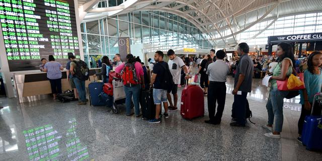 Vliegveld Bali weer uren dicht om aswolk van vulkaanuitbarsting