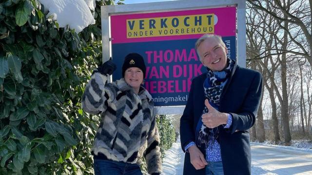Erica en Martien Meiland staan voor hun verkochte huis in Hengelo.