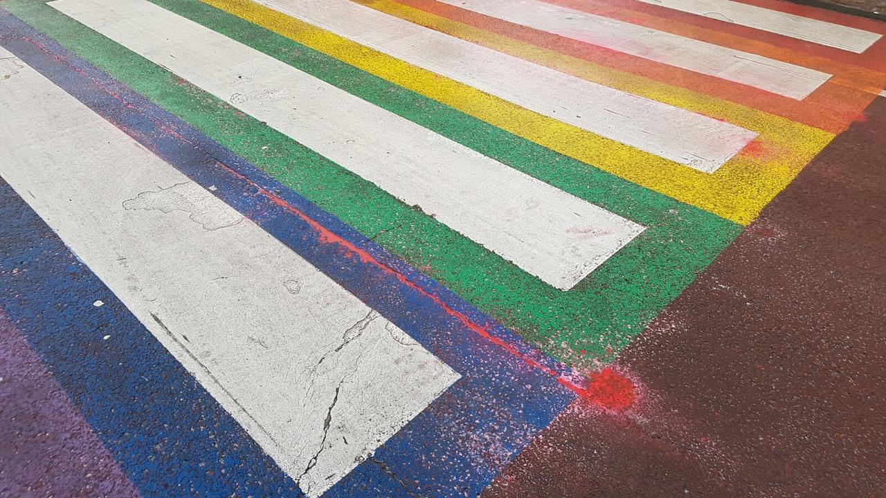 Video: Vernieling regenboogzebrapad