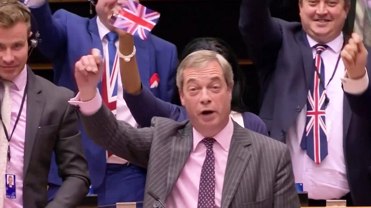 VK en EU nemen afscheid van elkaar met gezang en vlaggetjes