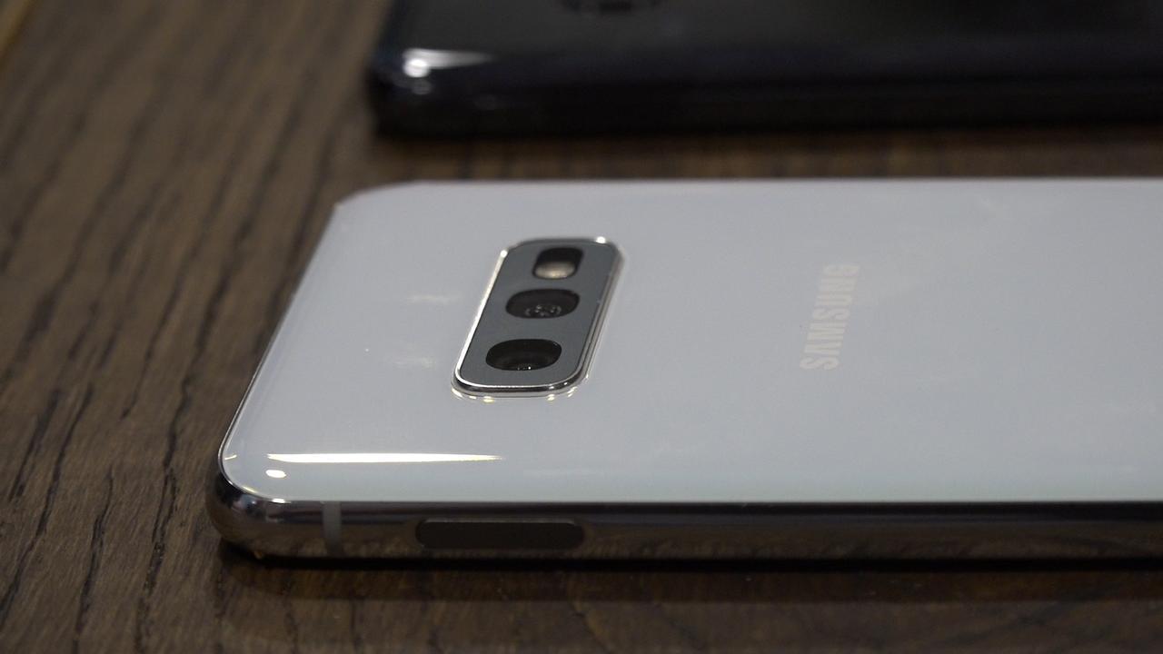 Samsung unveils sensor for 64-megapixel cameras on