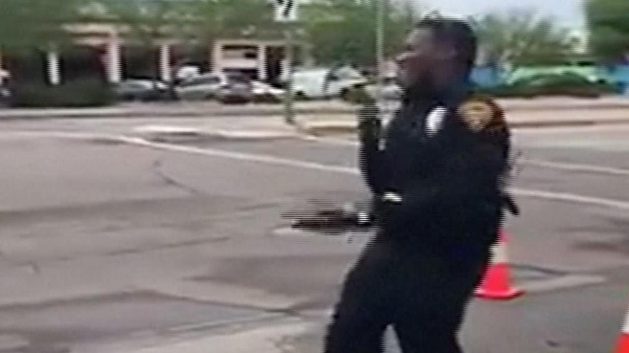 Vrolijke politieagent uit Tuscon regelt dansend het verkeer