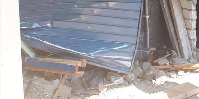 Bestuurder vliegt uit bocht en veroorzaakt schade aan garageboxen 't Hool