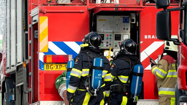 Brandweer bestrijdt grote brand in oud slooppand in Velsen-Noord