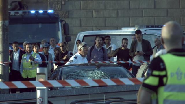 Acht gewonden na incident met auto Stationsplein Amsterdam Centraal