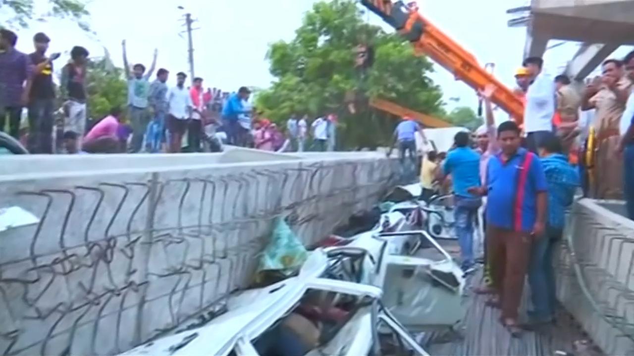 Reddingswerkers zoeken overlevenden na instorten viaduct India