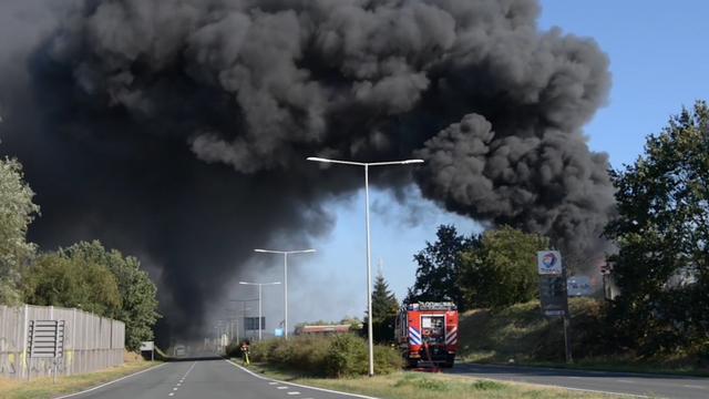 Enorme rookwolken bij brand in Bergen op Zoom