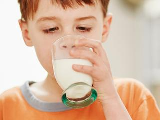 Volle-melkdrinkende kleuters zijn minder vaak te zwaar