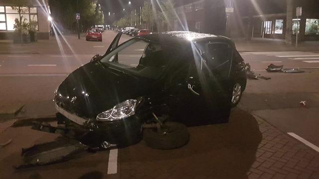 Bestuurder laat beschadigde auto achter op Albert Schweitzerlaan