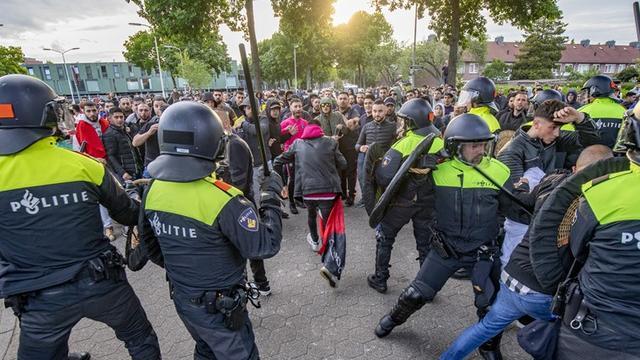 Politie breekt demonstratie Pegida in Eindhoven af na ongeregeldheden