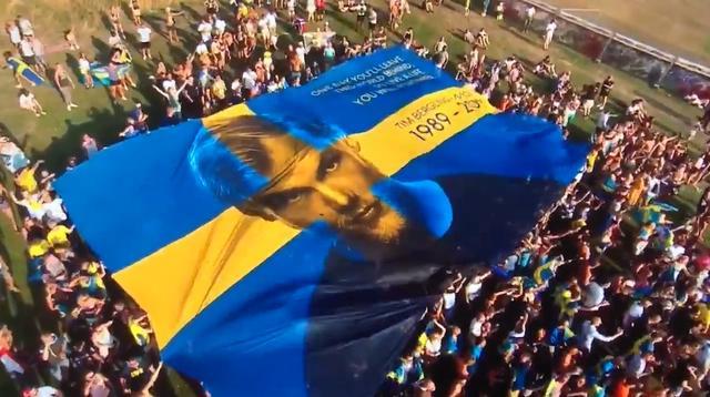 Fans op Tomorrowland eren Avicii met gigantisch spandoek