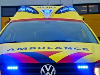 Inzittende nagekeken door ambulancepersoneel
