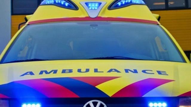 Auto botst tegen lantaarnpaal op oprit Oosterscheldekering