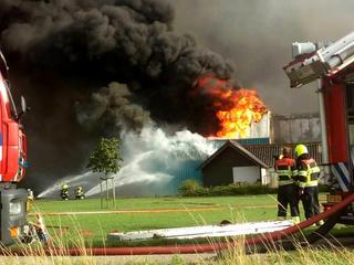 Rook van de brand is in de wijde omtrek zichtbaar