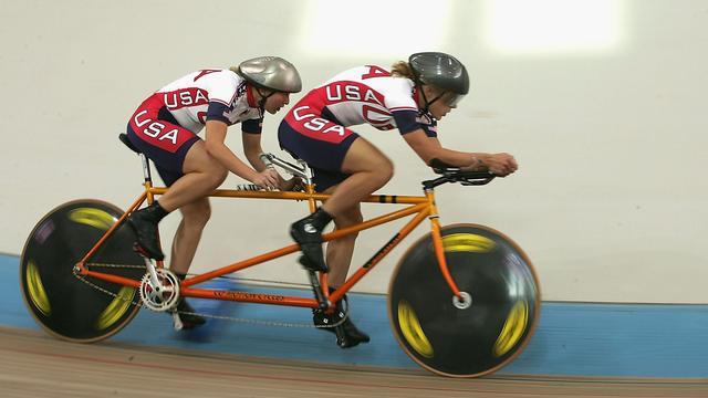 Katie Compton in actie met Karissa Whitsell tijdens de Paralympische Spelen van 2004.