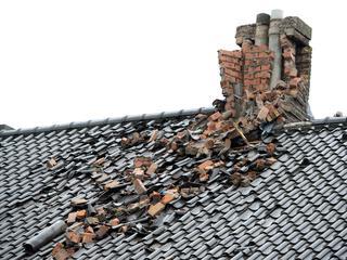 Rondvliegende dakpannen en losgerukte takken zorgen jaarlijks voor veel schade