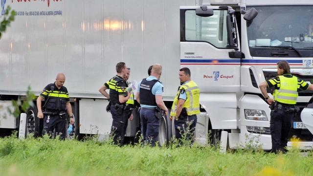 Politie vindt vijf personen in vrachtauto met meloenen bij Dinteloord