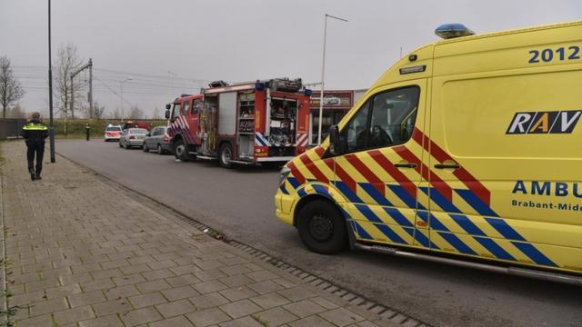Slingerweg tijdelijk afgezet na brand in autobedrijf