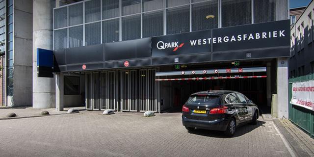 Zendmast op dak Amsterdamse parkeergarage vermoedelijk in brand gestoken