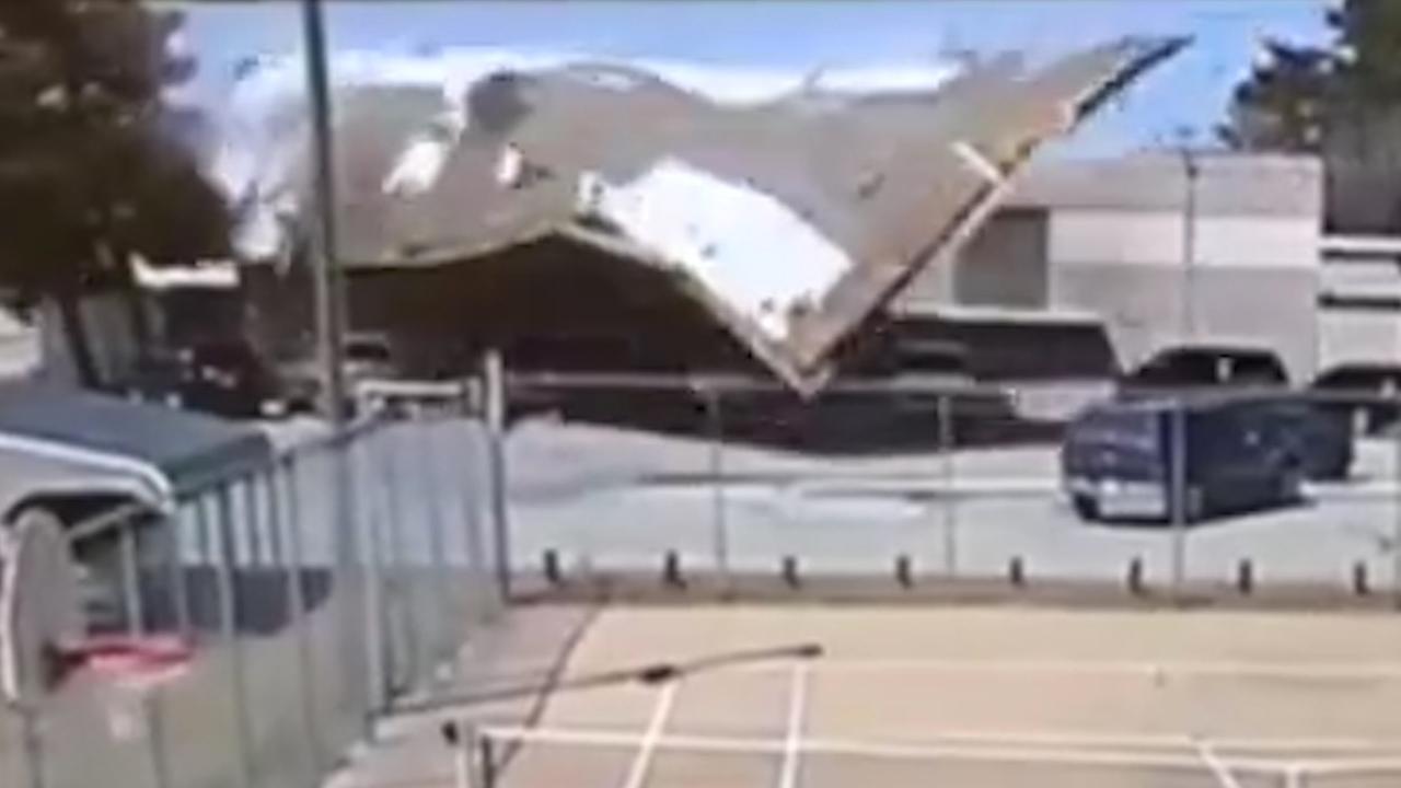 Windvlaag rukt dak van school in Kansas