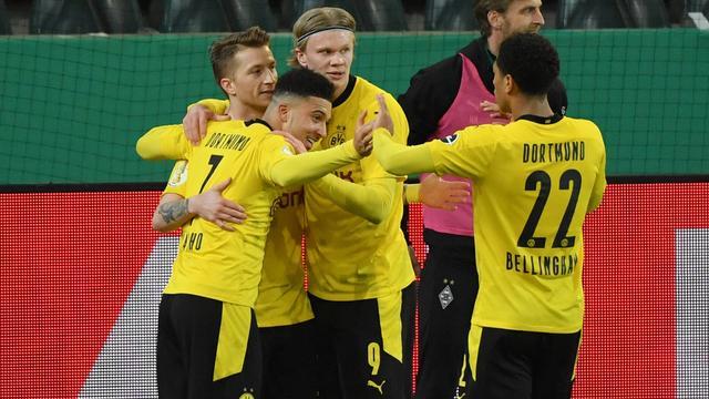 De spelers van Borussia Dortmund vieren het doelpunt van Jadon Sancho tegen Borussia Mönchengladbach.