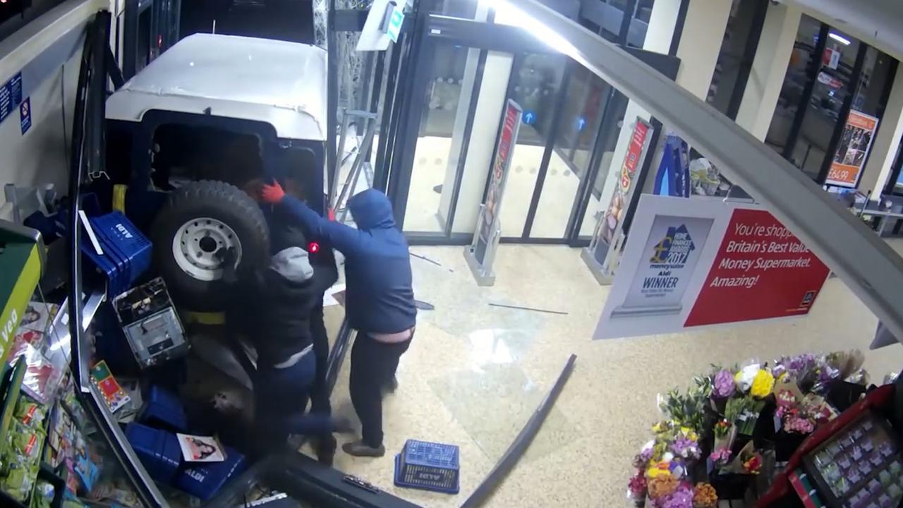 Bende in Engeland ramt supermarkt en sleept geldautomaat weg
