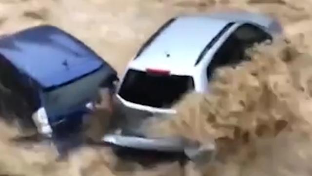 Auto's worden meegesleurd door overstroming in Maryland