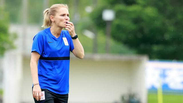 Sarina Wiegman donderdag op de training van de Oranjevrouwen in Chiba.