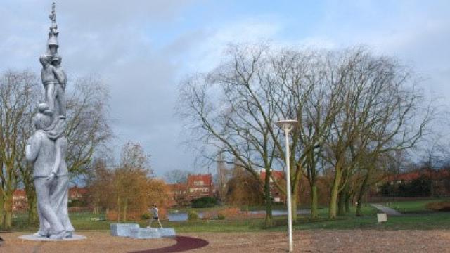 'Figuurtoren' van acht meter onthuld in Oosterparkwijk