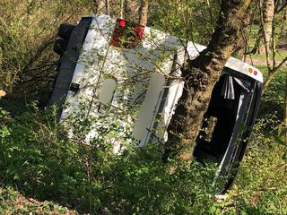 Zweedse touringcar rijdt door vangrail en komt tegen boom tot stilstand