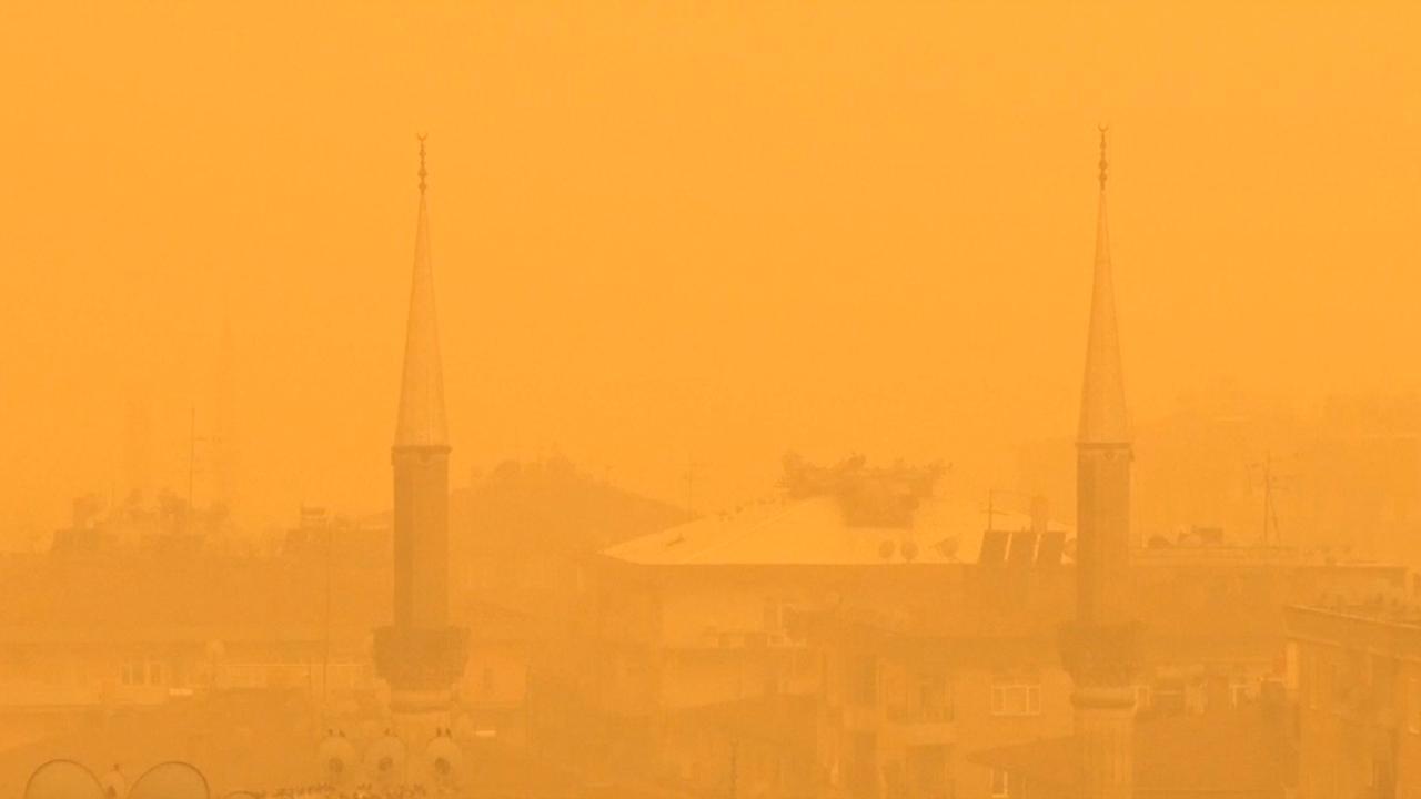 Lucht kleurt geel door zandstorm in Turkije