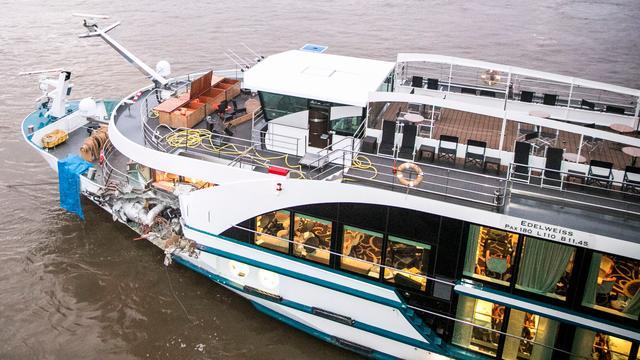Passagiers cruiseschip op Waal geëvacueerd na botsing met vrachtschip