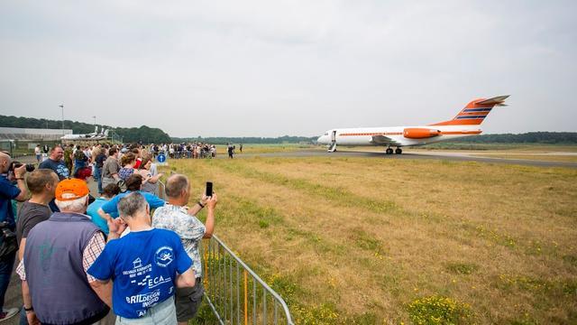 Regeringsvliegtuig trekt veel bekijks in Woensdrecht