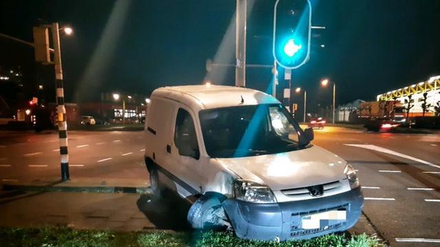Automobilist rijdt dronken in op leeg terras in Breda