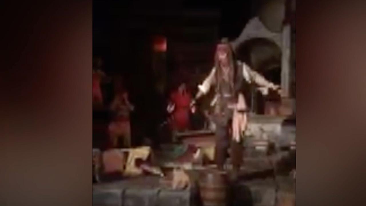 Johnny Depp verrast bezoekers Disney-attractie