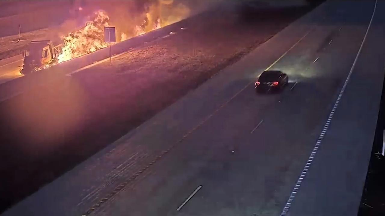 Vrachtwagen botst op vangrail en vliegt in brand op snelweg VS