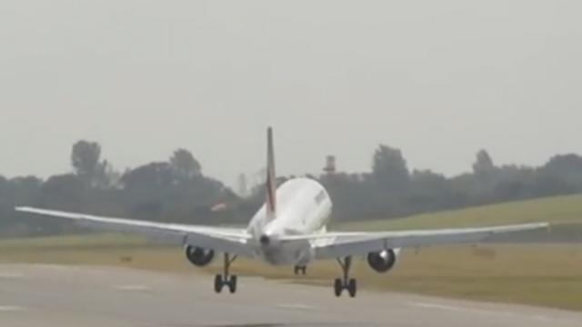 Vliegtuig maakt doorstart om harde wind in Birmingham