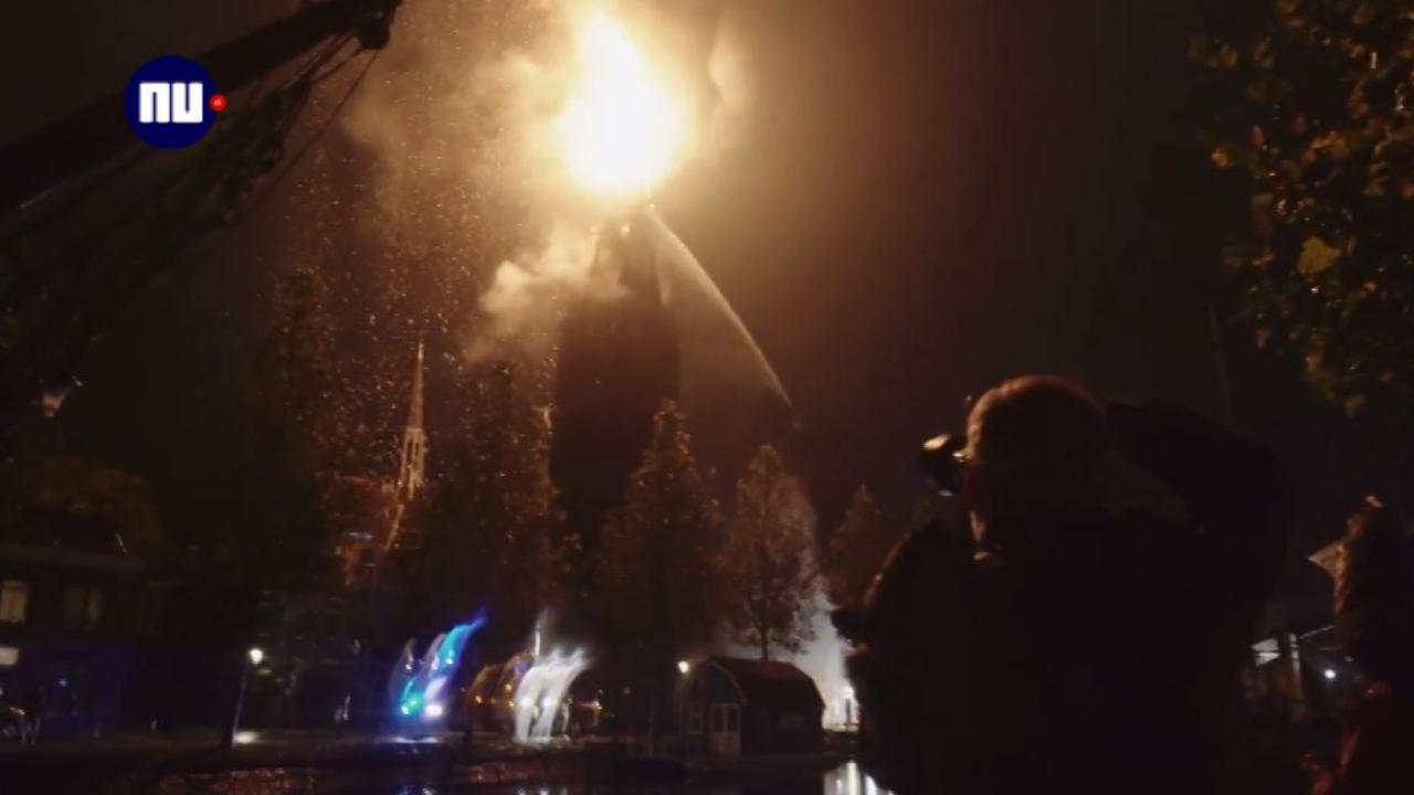 Kerktoren Weesp stort deels in door brand