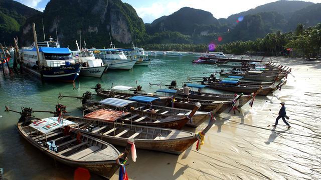 Twee doden en vijf vermiste toeristen na bootongeluk Thailand