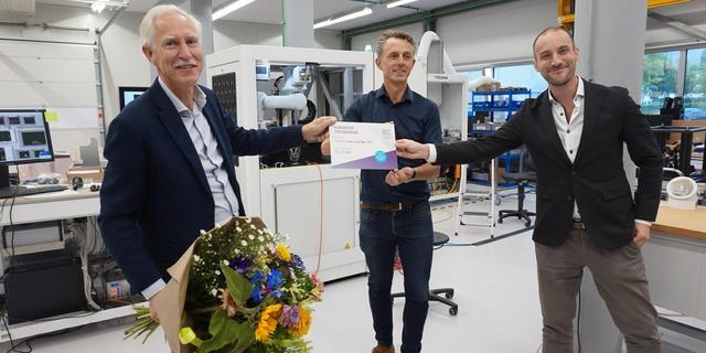 Metropoolregio overhandigt twee fotonicabedrijven cheque van 50.000 euro
