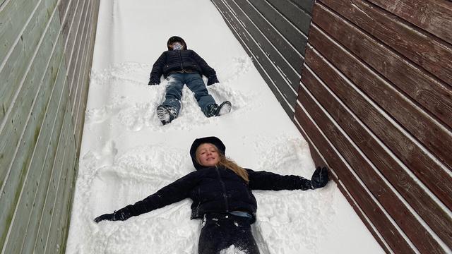 De dochters van Anna van den Brink maakten sneeuwengelen in Bemmel.