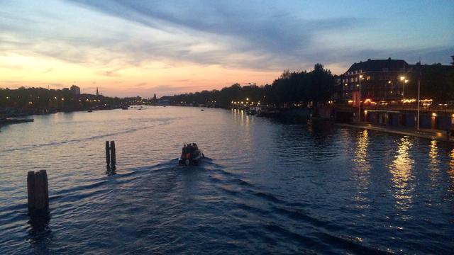Politie houdt inbreker aan ondanks vluchtpoging via de Amstel