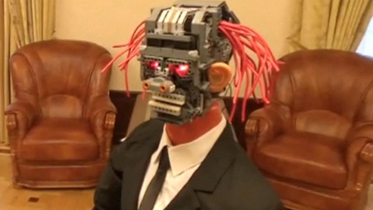Robot met dreadlocks helpt gouverneur Sint-Petersburg