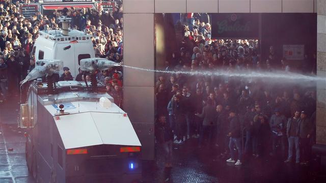 Amsterdamse politie voert charges uit bij Johan Cruijff ArenA, fans opgepakt