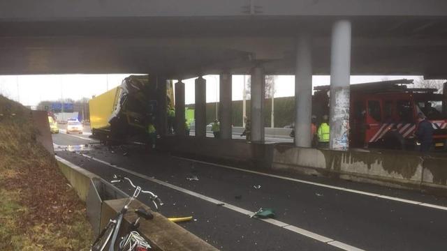 A28 bij Leusden dicht nadat vrachtwagen viaduct ramt, chauffeur overleden