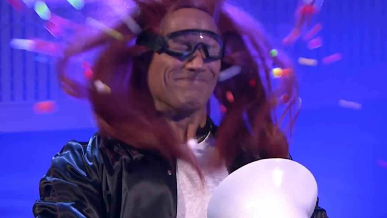 Luchtkanon schiet The Rock balletjes in z'n gezicht bij Jimmy Fallon