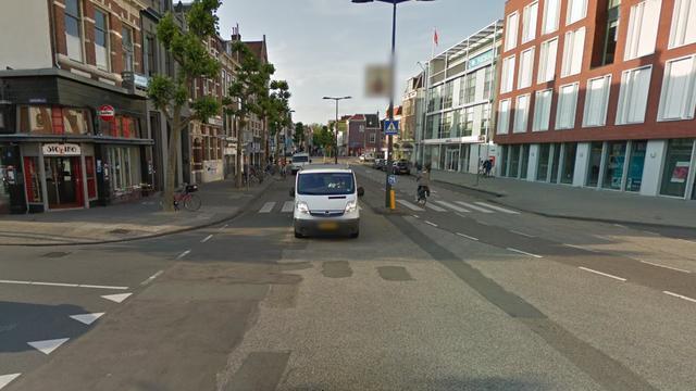 Auto rijdt door na aanrijding met fietser Houtplein