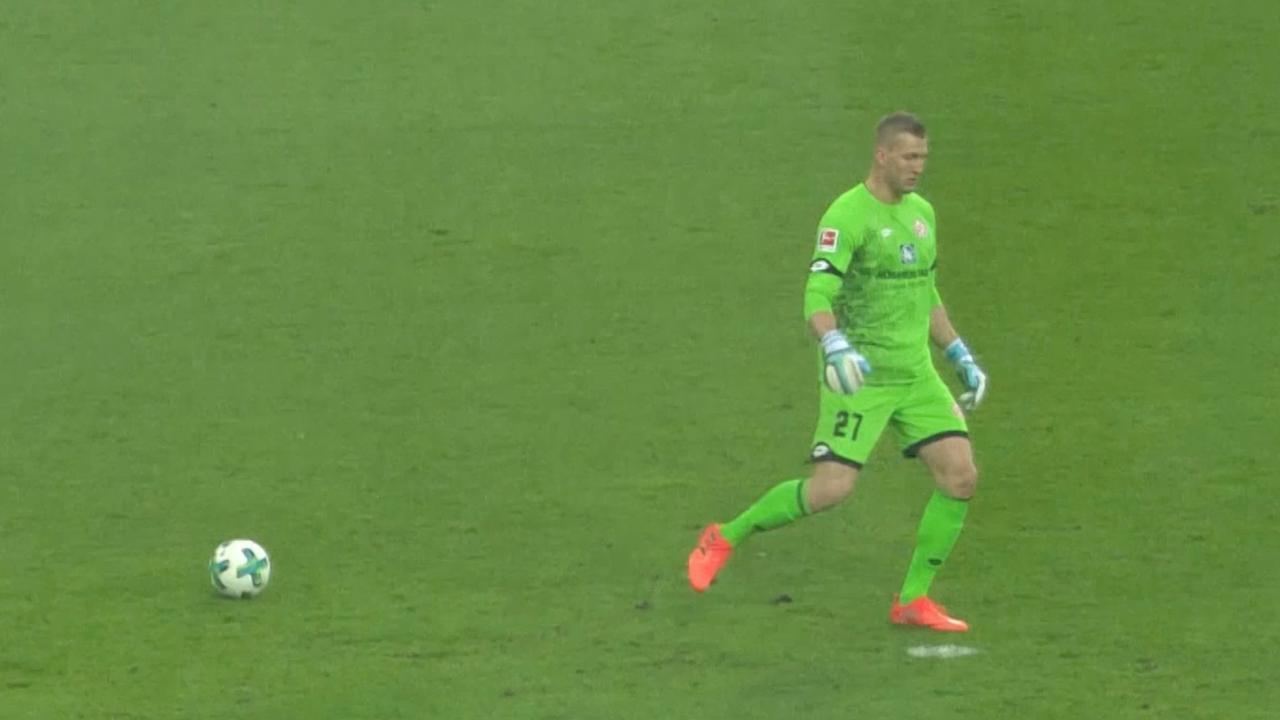 Blunderende doelman Mainz ziet penaltystip voor bal aan