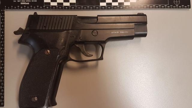 Scooterrijder (13) aangehouden in Halsteren voor bezit van nepwapen