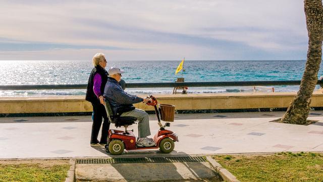 Vakantiegangers lopen langs de zee in Benidorm. (Foto: 123RF)